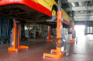 Mobile column lift showing bus at full ligt height